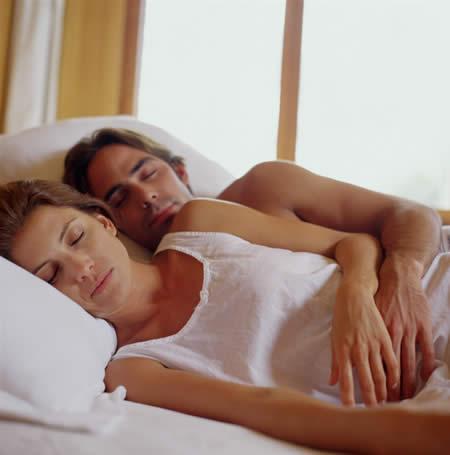 عکس مرد خوابیده روی زن
